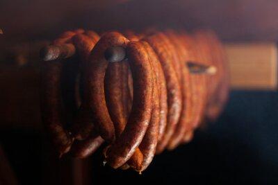 Obraz Tradycyjnej żywności. Wędzone sausuages w wędzarni.