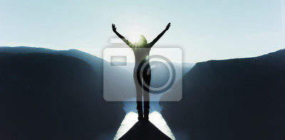 Obraz z podniesionymi rękami na szczycie