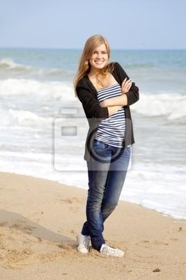 Zabawna dziewczyna na zewnątrz w pobliżu morza
