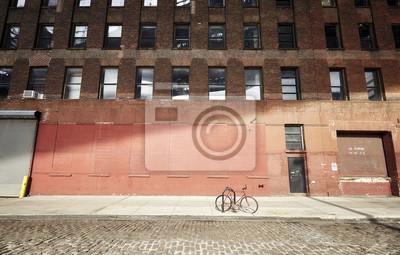 Zablokowany rower na pustej ulicy o zachodzie słońca, Nowy Jork, USA ..