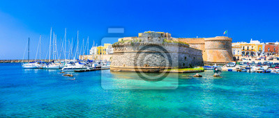 Zabytki Włoch - nadmorskie miasteczko Gallipol w Apulii. widok starego portu z zamkiem.