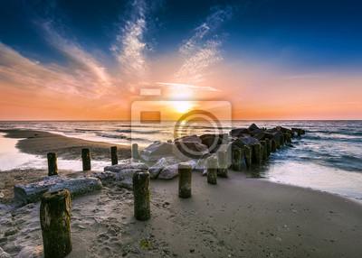 Zachód słońca na plaży.