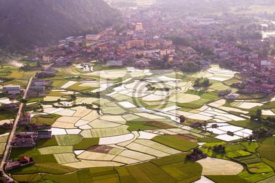 Zachód słońca nad Doliną Bacson i odbicie w pola ryżowego w Wietnamie