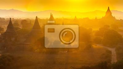 Zachód słońca nad świątyń Bagan w Birmie