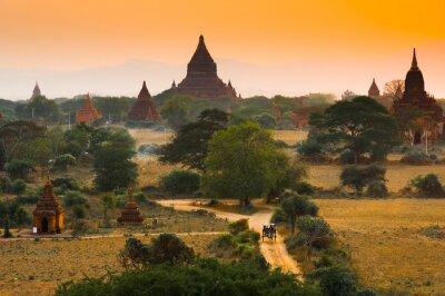 Obraz Zachód słońca w Bagan, Myanmar. Bagan jest starożytne miasto z tysiącami starożytnych świątyń w Birmie.
