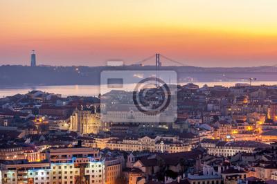 Zachód słońca z pomarańczowych kolorach z punktu widzenia Monte Agudo w Lizbonie, stolicy Portugalii. W tle Most 25 kwietnia i statui Chrystusa Króla, symboli miasta