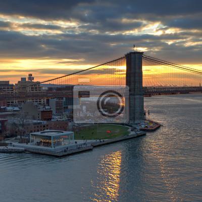 Zachód słońca za Brooklyn Bridge w Nowym Jorku