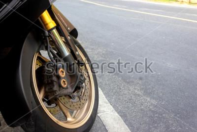 Obraz Zacisk koła przedniego i hamulec tarczowy abs motocykla dostosowane na drodze