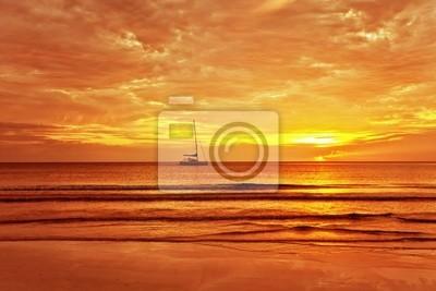 Żaglowiec na tle pięknego zachodu słońca