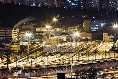 Zajezdnia dla pociągów pasażerskich. Nocny widok zimą