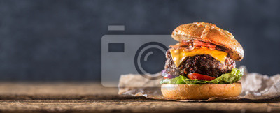 Obraz Zakończenie domowy robić wołowina hamburger na drewnianym stole