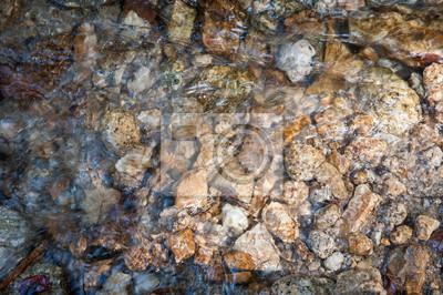 Zamknięte przepływu wody ze skały w rzece.