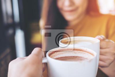 Obraz Zamknij się obraz mężczyzny i kobiety clink kubki kawy w kawiarni