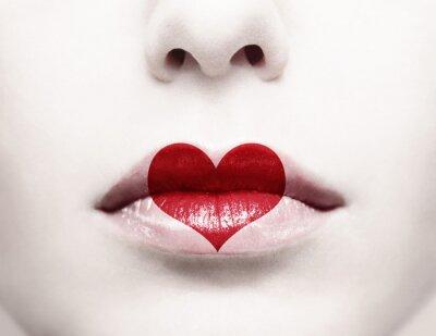 Obraz Zamknij się z kobiet usta z czerwonym kształcie serca na nim malowane