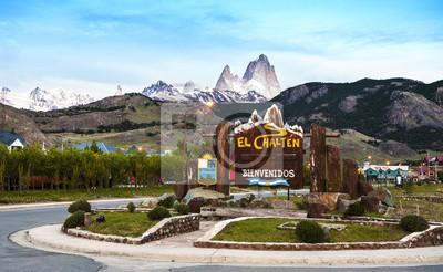 Zapraszamy do El Chalten znaku wsi. Fitz Roy pasmo górskie w t