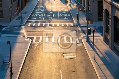 Zasięrzutny widok pustego skrzyżowania przy ulicach Pearl i Prospect w Brooklynie w Nowym Jorku