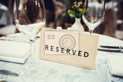 Obraz Zastrzeżone znak na stole w restauracji