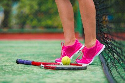 Obraz Zbliżenie buty z rakieta tenisowa i piłka na zewnątrz