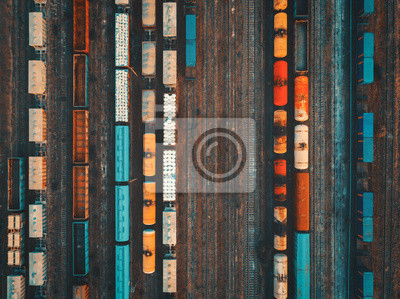 Zdj? Cie lotnicze kolorowe pociągów towarowych na stacji kolejowej. Zbliżenie pociągów towarowych. Wagony towarowe na torach kolejowych. Przemysł ciężki. Przemysłowe koncepcyjne sceny z pociągów. Wido