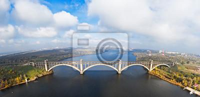 Zdj? Cie lotnicze z miasta Zaporo? U, Ukraina. Rzeka Dniepru z połączonym mostem kolejowym i samochodowym. Wyspa Khortitsa