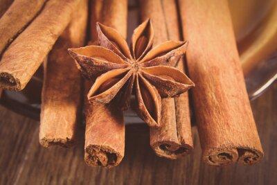 Obraz Zdjęcia archiwalne, Zbliżenie anyżu i pachnące cynamonem na powierzchni drewnianych desek