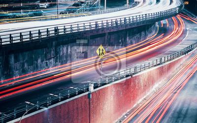 Zdjęcie długich ekspozycji ruchomych tras świetlnych samochodów, zastosowane tonowanie kolorów, Nowy Jork, USA.