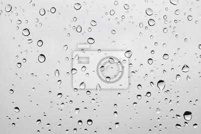 Zdjęcie z deszczu na zakurzonej szybie.