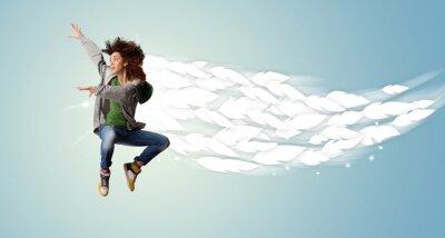 Obraz Zdrowa młoda kobieta skoki z piór wokół niej