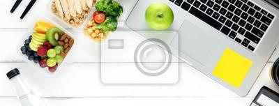 Obraz Zdrowa żywność w zestawie pudełko posiłek na stole roboczym z laptopem