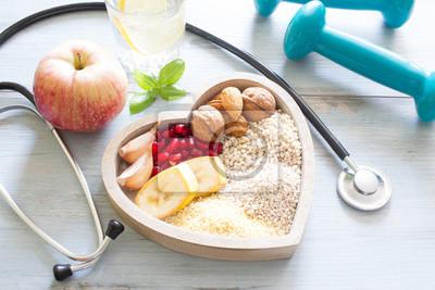 Obraz Zdrowe jedzenie w serca i dieta wody sportu stylu życia koncepcji
