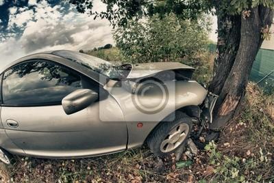 Zepsutego samochodu po wypadku na drzewie