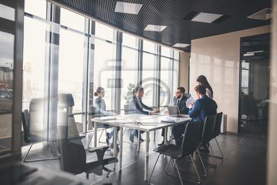 Obraz Zespół firmy i kierownik zespołu w spotkaniu