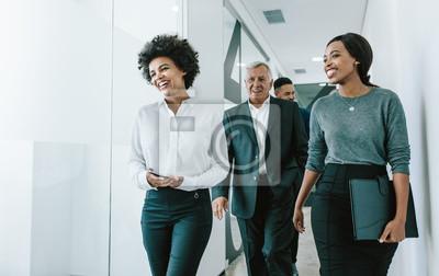 Obraz Zespół specjalistów korporacyjnych w korytarzu biurowym