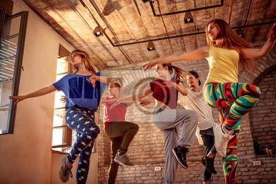 Obraz Zespół tańca pasja - tancerz wykonujący trening tańca w studio