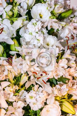Zestaw białych kwiatów. Ich nazwy naukowe Alstroemeria, lilia biała i Eustoma grandiflorum