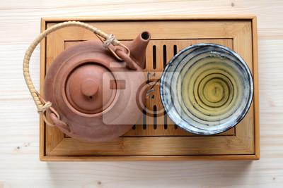 Zestaw herbaty na drewnianym talerzu