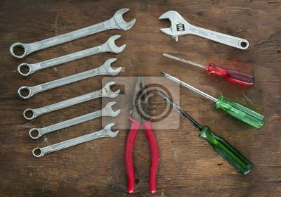 Zestaw narzędzi / Zestaw narzędzi na tle drewna.