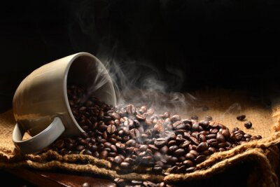 Obraz Ziaren kawy z dymu w filiżance kawy