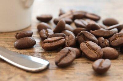 Obraz Ziarna de café en gros et kubek Plan de café et cuillère sur table en vieux bois