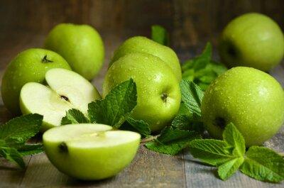 Obraz Zielone jabłka z liśćmi mięty.