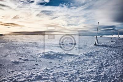 Zimowy krajobraz górski o zachodzie słońca, zastosowano tonację kolorów.