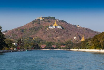 Złota pagoda w Sagaing Hill, Mandalay, Myanmar.