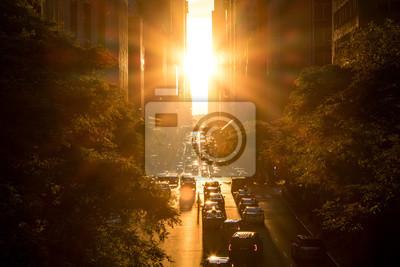 Zmierzch między budynkami na 42nd ulicie w Manhattan Miasto Nowy Jork