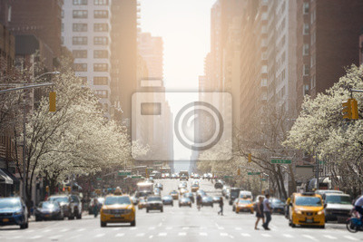 Zobacz w dół 3rd Avenue w Upper East Side w Nowym Jorku