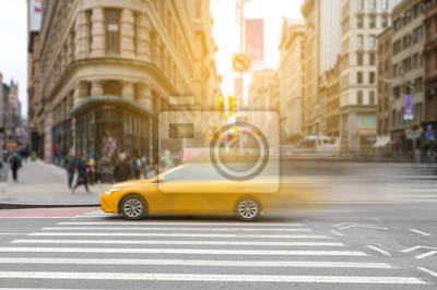 Żółta taksówka w Nowym Jorku w ruchu przez broadway