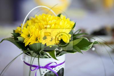 żółte Kwiaty W Białym Wazonie Na Stole Dekoracje ślubne Obrazy Redro