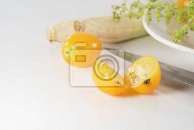 Żółty pomidor / żółty pomidorów cherry na białym stole.