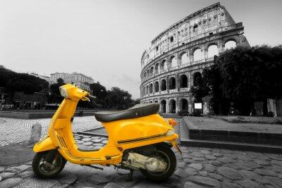 Obraz Żółty rocznik skuter na tle Koloseum