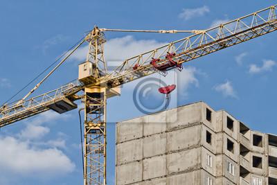 Żuraw i dom w budowie