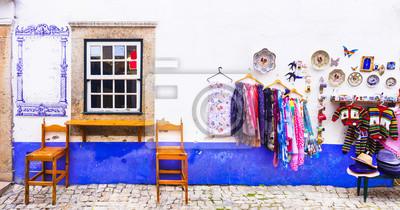 żywe uliczki starego miasta Obidos w Portugalii